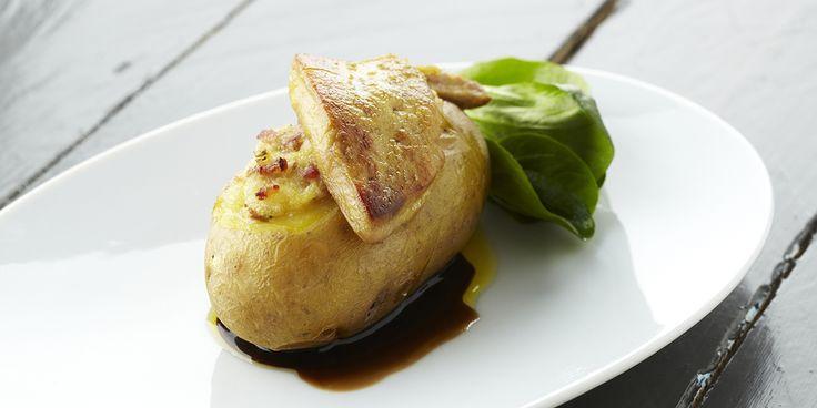 Een overheerlijke gevulde aardappel met gebakken eendenlever en gedroogde ham, die maak je met dit recept. Smakelijk!