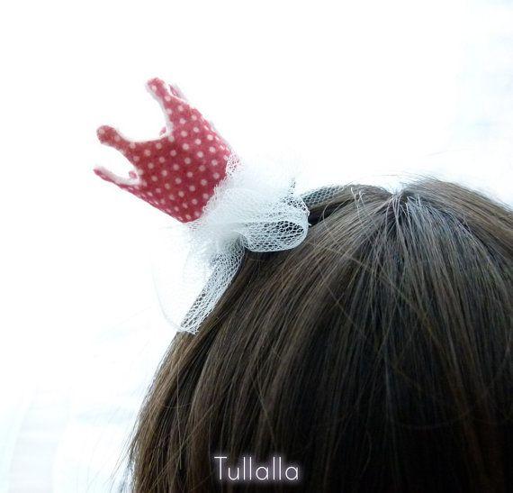 Una piccolissima e divertente corona per la tua principessa!  Questo graziosa coroncina è fatta a mano in feltro e tulle sopra una molletta a pinza che