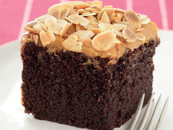 Dié maklike koek word in die elektriese menger aangemaak en is flatervry. LEWER 1 KOEK (12-15...