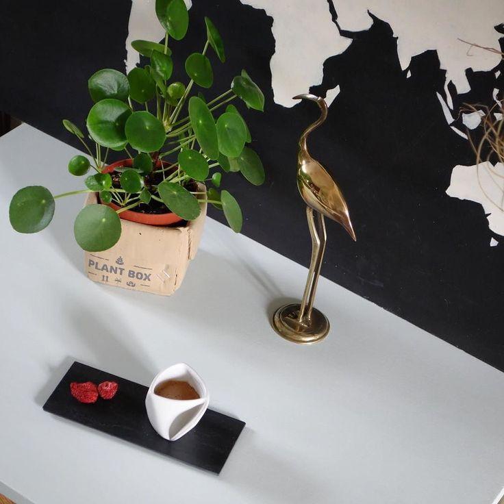 Dimanche : Il y a le café matinal et le café tardif...sur un bureau pieds compas en préparation mais que pour les grands ! #viedemeuble #homedecor #vintage #homedecoration #brocante #bureau #piedscompas #sixties #athome #sunday #dimanche #coffeetime #coffee