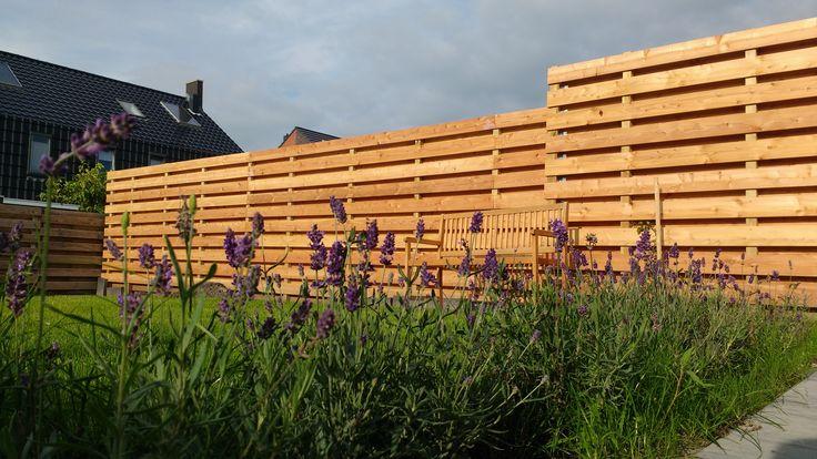Horizontale schutting van lariks douglas 16x140 mm planken gemonteerd op geimpregneerde 68x68 mm palen