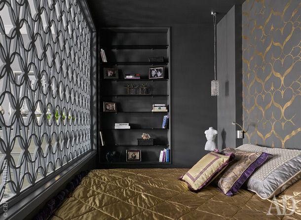 """У решетки еще одно ценное свойство: если включить в спальне свет, то со стороны гостиной она выглядит как необычное световое панно. А когда свет в спальне погашен, через решетку интригующе поблескивает золотой узор не стене. Потолок выкрашен в цвет стен. Это, как объясняет дизайнер, """"придает комнате завершенность и целостность"""", а черная краска зрительно расширяет пространство не хуже белой."""