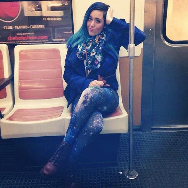 Sonia Gómez posando divertida en el metro de Madrid