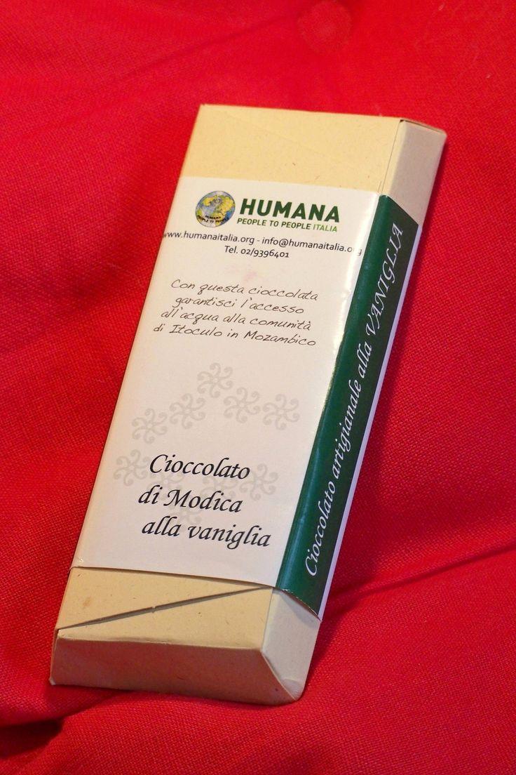 Il cioccolato di Modica di HUMANA è un regalo solidale perfetto per il tuo Natale. Prodotto da una cooperativa sociale, è disponibile in 3 gusti: fondente, vaniglia e caffè. L'etichetta di ogni barretta di cioccolato può essere personalizzata con il logo della tua azienda. #regaliaziendali #regali #doni #natale2014 #christmas #gift #chocolate