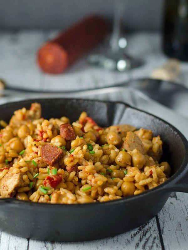 würzige Reispfanne mit Hähnchen, Chorizo und Kichererbsen. Köstlich würzig und aromatisch. Recipe aso in english! http://www.einepriselecker.de
