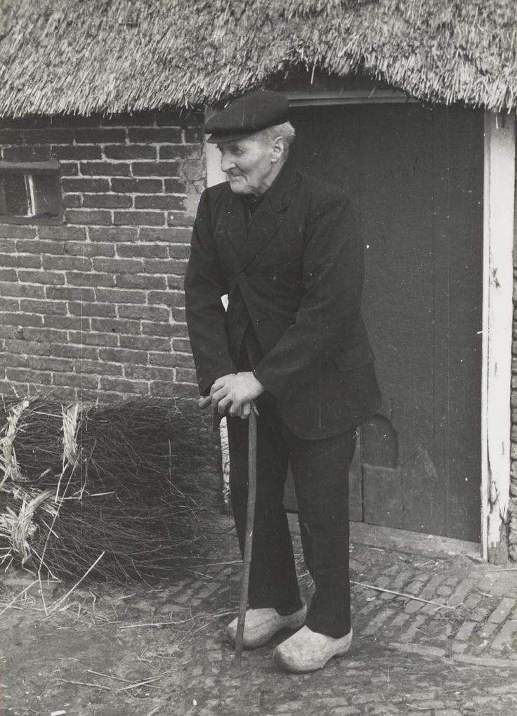 Boer uit Orvelte in zijn zondagse pak, 1944 #Drente
