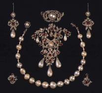 Jewelry, diamonds - Rosenborg Castle Set of pearls, rubies and diamonds with necklace, brooch and earrings. Made in 1840 by C.M. Weisshaupt. The pearl necklace belonged to Christian V's consort, Charlotte Amalie.