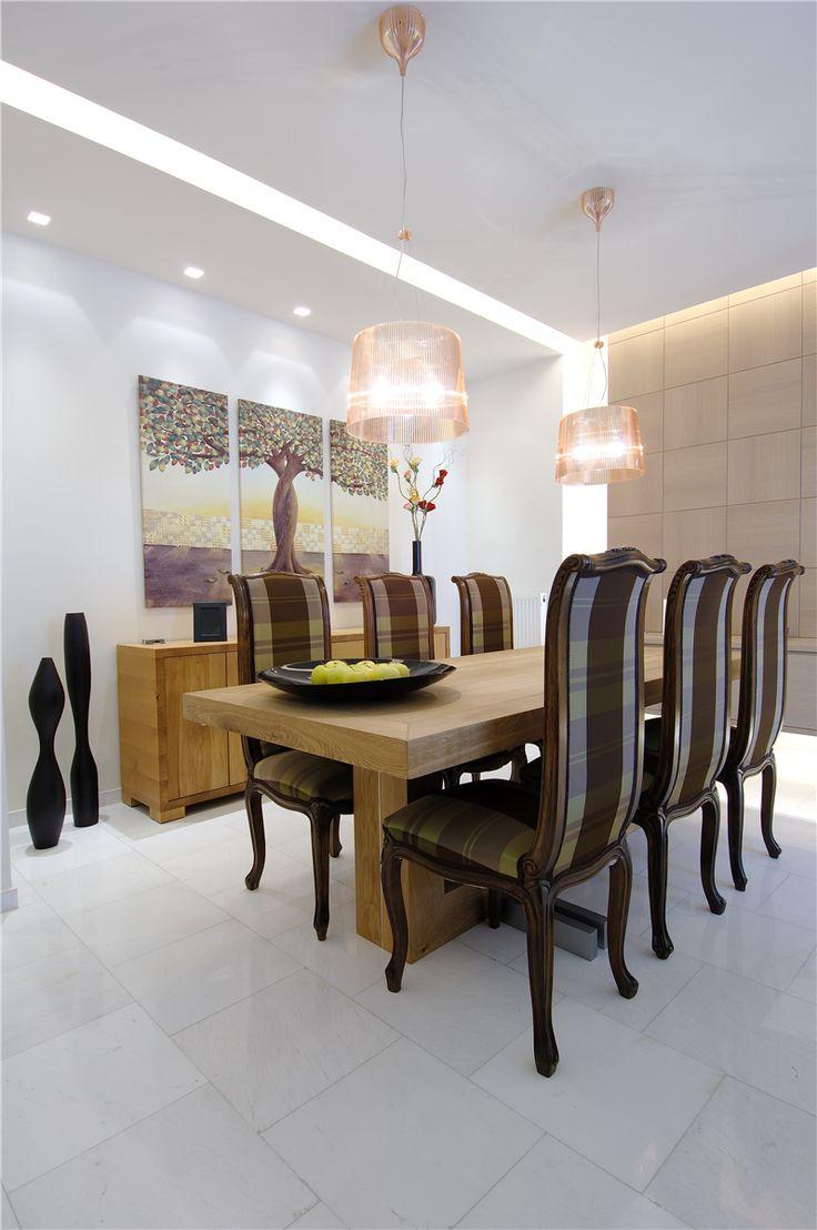 Τραπέζι και μπουφές από δρυ λουστραρισμένο σε φυσική απόχρωση.