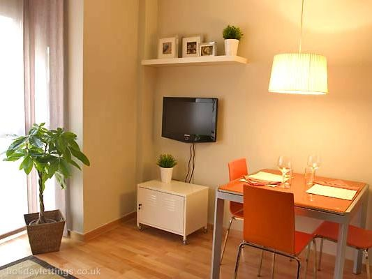 2 bedroom apartment in Barcelona to rent from £379 pw. With air con, TV and DVD.