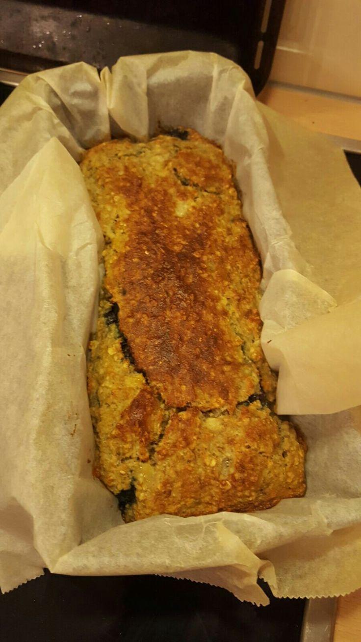 havermout ontbijtcake met blauwe bessen Voor 4 porties: 100 gr havermout, 100 gr amandelmeel 1 tl bakpoeder 4 eieren 2 bananen (recept wat ik vond zegt 4 bananen maar dat vond ik teveel)  alles door elkaar mixen en in cakeblik bakken. 25 minuten op 180 gr.