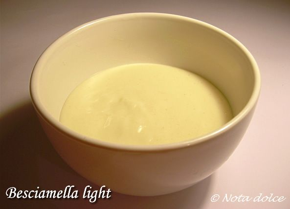 La besciamella light è una rivisitazione della classica salsa besciamella, in quanto la besciamella light non contiene burro, ma è comunque buonissima!