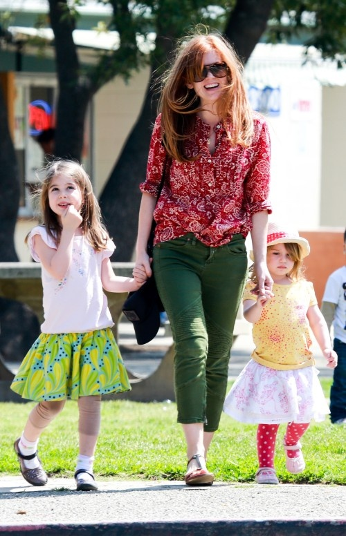 Isla Fisher enjoys a Girls Day Out with her Daughters. I had no idea she was a mommy, but now I LOVE her even more! I'm obsessed with this woman!