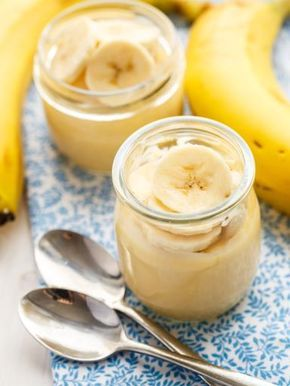 Crème rapide à la banane :  - 3 bananes - 4 cuillères à soupe de gelée de groseille - 4 cuillères à café de sucre - 4 pots de 125gr de yaourt nature