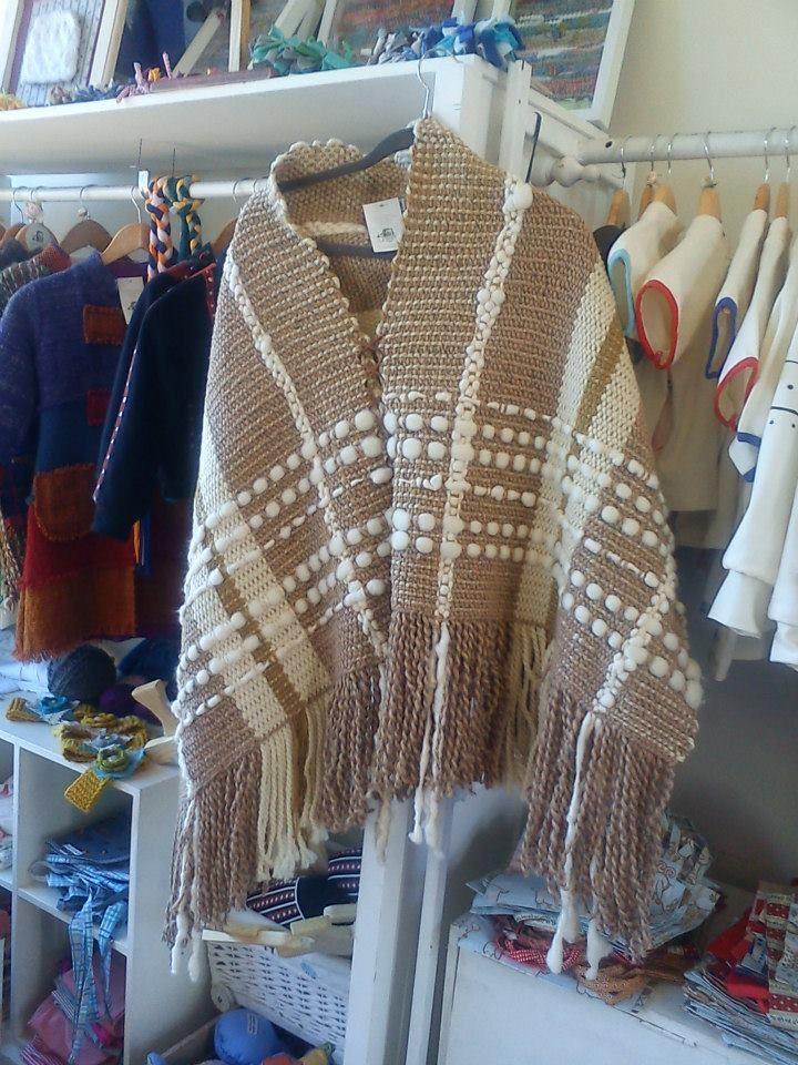 poncho tejido en telar tradicional con lanas 100% natural de oveja color crudo y beige