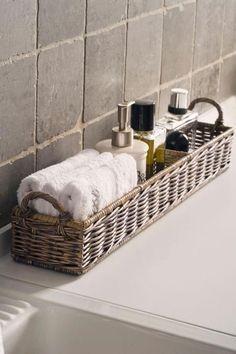 Canasta con esenciales del bano en el lavamano