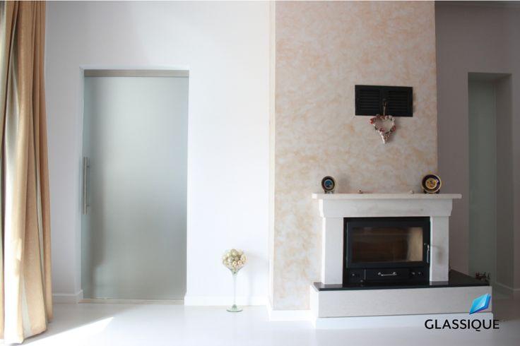 Design sofisticat - cu ușă și luminator din sticlă mată.