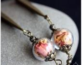 Pétales de roses séchés et perles de verres soufflées à la main. Hauteur (perles et crochets inclus): 9.5 cm Dimension des perles : 1.2 cm Poids : 10g les 2 BO.