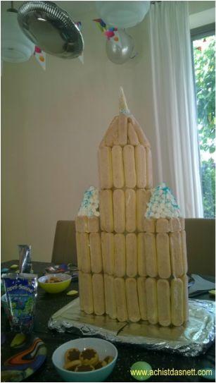 Keks-Rakete zum Weltraum-Geburtstag! Da können die Kinder prima mitmachen. Viele weitere Ideen für Spiele und Kuchen zum Weltraum-Geburtstag findest du auf: http://www.achistdasnett.com/motto-geburtstage