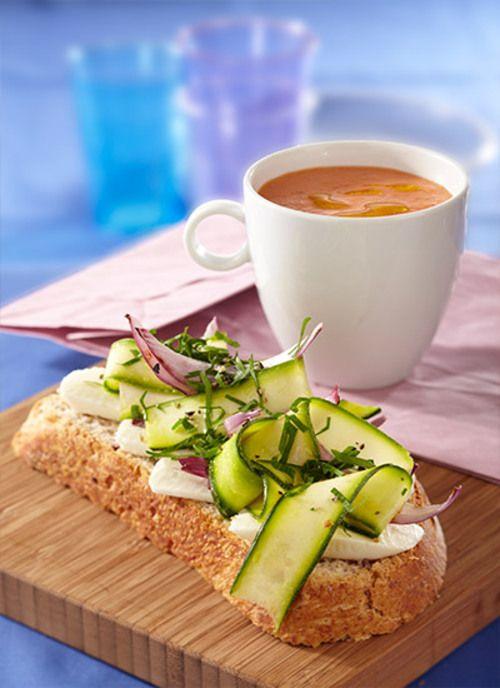 Sopa Fría de tomate. Comparta y elabore estos menús prácticos para disfrutar durante el día, esta sopa fría de tomate con tartine de zucchini y cebollitas promete sacarlo de apuros.