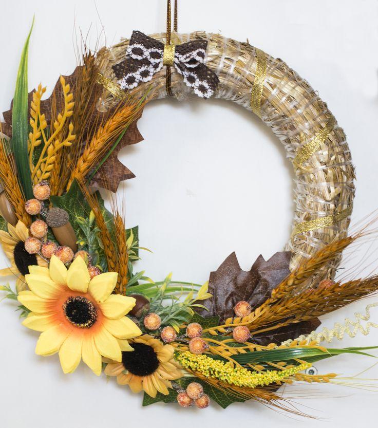 Венок с подсолнухами, травами и сухоцветами. The wreath with sunflowers, herbs and immortelle.
