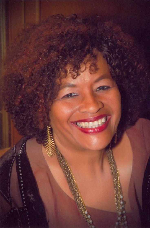"""Lia Vieira, pseudônimo de Eliana Vieira, é uma autora com vasta publicação de contos e poemas editados em """"Cadernos Negros"""", entre outras antologias no Brasil e no estrangeiro, assim como textos de não-ficção. De sua autoria, os livros """"Eu, mulher"""" – mural de poesias (1990) e """"Chica da Silva – a mulher que inventou o mar"""" (2001) e agora este """"Só as mulheres sangram"""", sob a chancela da editora mineira Nandyala e com prefácio da escritora e ensaísta Miriam Alves. -"""