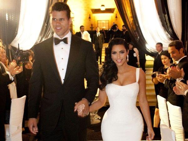 Het duurste huwelijke aller tijden (duurde maar 72 dagen) van beroemdheden  is dat van Kim Kardashian en basketbalspeler Kris Humphries! De bloemen kostten meer dan € 2 miljoen euro, de taart € 20.000 en Kims drie Vera Wang-jurken kostten in totaal € 60.000 euro.