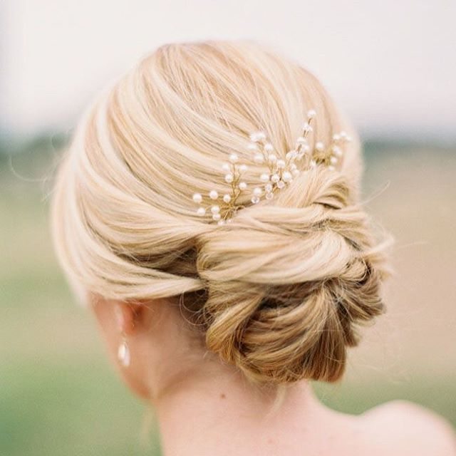 It's hump day! It's about that time, so here's some of our favorite wedding hair inspirations! It's all about the texture👰🏽 . . . . . #aveda #jouvenceaveda #avedacolor #shareaveda #avedaartist #avedalove #avedalife #haircolormagic #hcm #lupevoss #shampuredryshampoo #aircontrol #smoothinfusion #dryremedy #damageremedy #invati #becurly #pureabundance #dryshampoo #shampure #wedding #weddinghair #updo #messyupdo #braids