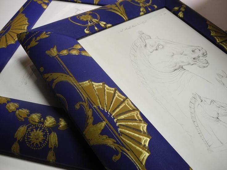 Abbiamo reso particolare ed elegante questa cornice foderandola con una carta da parati antica, dipinta a mano. Linea Elemaxframes
