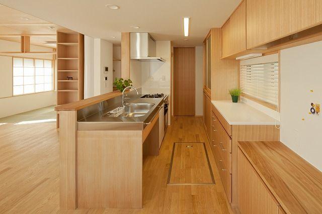 大工と建具屋で造ったキッチンです。 流し台のステンレスカウンターは特注品。 背面収納は、目的によって細かく機能分散されていて、とても使い易...