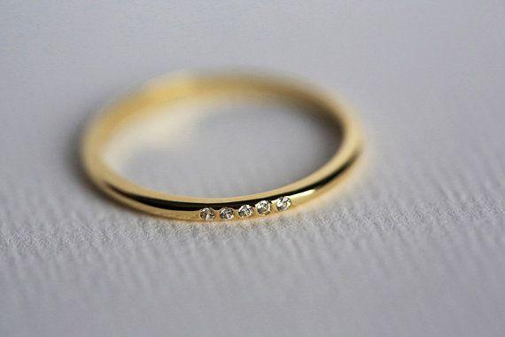 Anello di diamante piccolo sottile. Perfetto per limpilamento. Posso anche fare thir anello come un anello di nocca. banda doro massiccio 18 k.  Informazioni sul prodotto: • Pietra preziosa: diamante • Dimensioni della pietra preziosa: 0,005 ct - 1mm • Qualità della pietra preziosa: chiarezza VS, G in colore • Materiale: 14/18 k, in oro massiccio giallo/bianco/rosa, argento • Oro Peso: circa 1,6 • Misure: circa 1,5 mm di larghezza • Funzioni speciali: 5 diamanti • Dimensioni: 3-8 (più grandi…