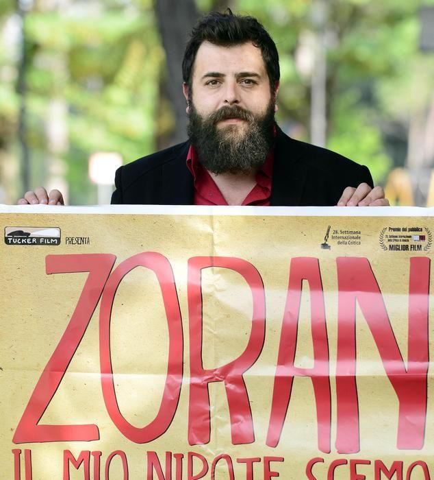 """Matteo Oletto con la locandina del suo """"Zoran, il mio nipote scemo"""""""