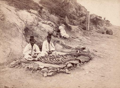 Selling shoes by the road side 짚신 장수(1891~1893년, 부산) © 크리스찬리뷰