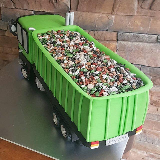 Kasasında çikolatar taşıyan kamyon ❤ #mora #moracakes #butik #pasta #butikpastaistanbul #kamyon #yesil #cikolata #istanbul #ortakoy #siparis #kisiyeozel #tasarimpasta #dugun #kutlama #dogumgunu #organizasyon