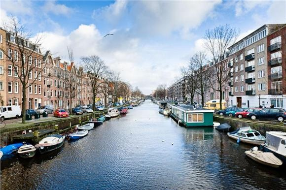 Links het pand met het zwarte dak, Jacob van Lennepkade 366, waar ik ben opgegroeid!