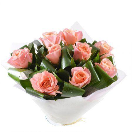 Стильный новаторский букет из девяти роз в яркой фантазийной упаковке создан для людей с сильной харизмой. Необычайной красоты стройные розы, отливающие нежным оранжево-коралловым оттенком, безупречно сочетаются с пышной чуть темноватой зеленью.