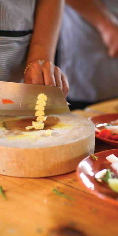 Et gavekort på matlagingskurs passer ypperlig til hun som liker å bruke tiden på kjøkkenet! En sosial kveld der man lærer ny kunnskap sammen i små grupper. Mottakeren får selv velge mellom en rekke kurs som indisk, tapaskurs, sushi, italiensk og lignende.