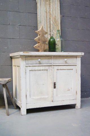 Onderkast 10227 - Bijzonder oude houten onderkast met een open klapbaar blad! De kast is wit van kleur en heeft op de twee lades porselein knopjes. Het blad is gemaakt van mooi blank hout. Open geklapt is het blad: 79x120 centimeter.