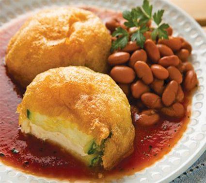 Ricas calabacitas rellenas de queso y capeadas, servidas con un delicioso caldillo de jitomate. Ingredientes para4 personas 8 calabacitas 250 g de queso panela, en cubos 1/2 tz de harina 4 claras de huevo 4 yemas de huevo 1 tz de aceite vegetal 8 jitomates troceados 1/4 de cebolla 1 diente de ajo 3 tzs …