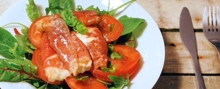 Gewoon wat een studentje 's avonds eet: Salade met gesmolten mozzarella in parmaham, met tomaat en basilicum