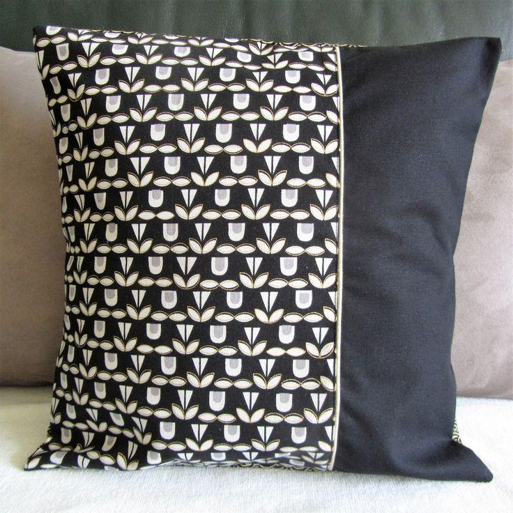 Housse de coussin en tissus japonais à fleurs stylisées et vagues japonaises en noir blanc et doré : Textiles et tapis par nymeria-creation