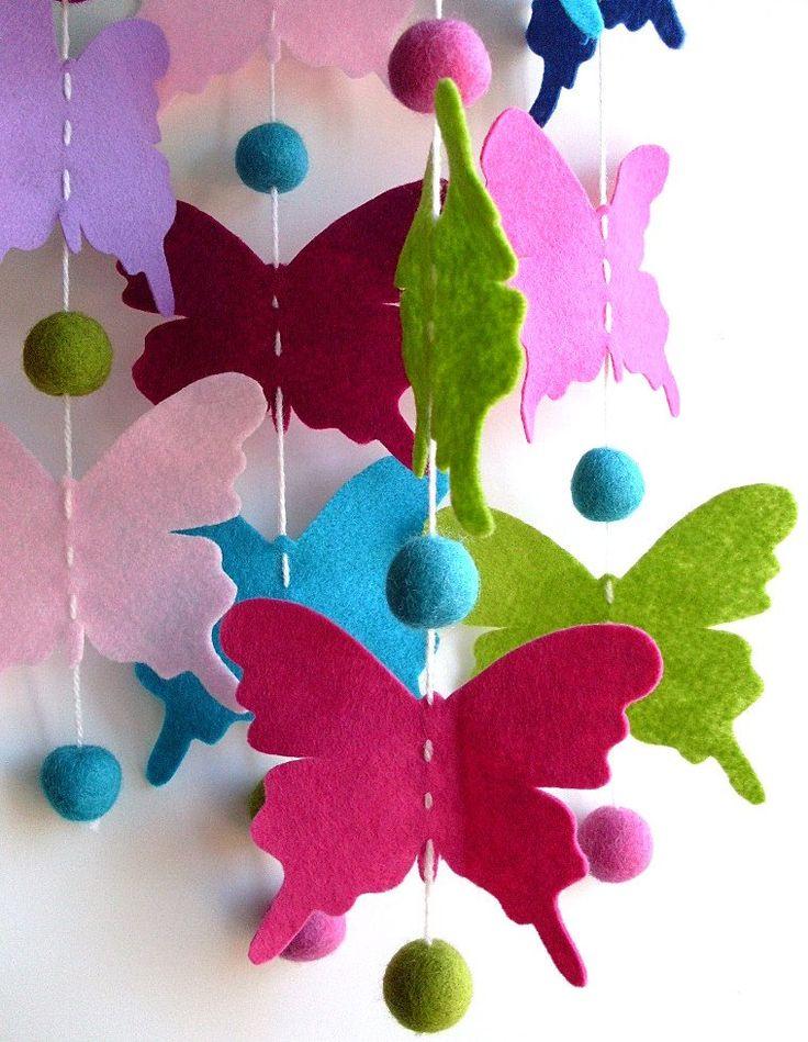 Vlinder mobiel met o.a. viltkralen Zelf een creatie met viltkralen maken? Kijk voor viltkralen eens in de webshop http://www.bijviltenzo.nl