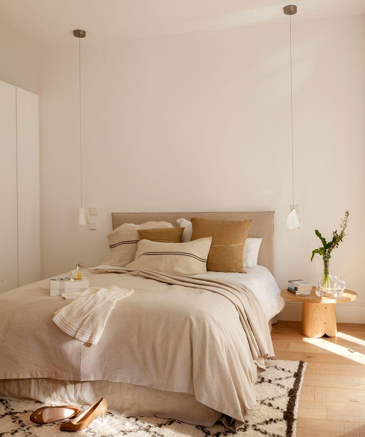 Dormitorio contemporáneo con lámparas colgantes a ambos lados de la cama, afombra de pelo y mesilla de noche con sobre redondo (00386702 O-Mesillas)