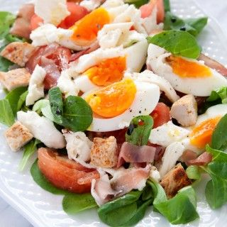 Sałatka z kurczakiem, szynką szwarcwaldzką i jajkiem