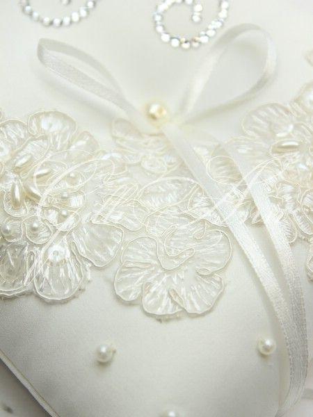 Свадебная подушечка для колец Gilliann Lace Pearl с инициалами из камней Сваровски PIL247 - Подушечки для колец <- Церемония - Каталог   WedStyle.su