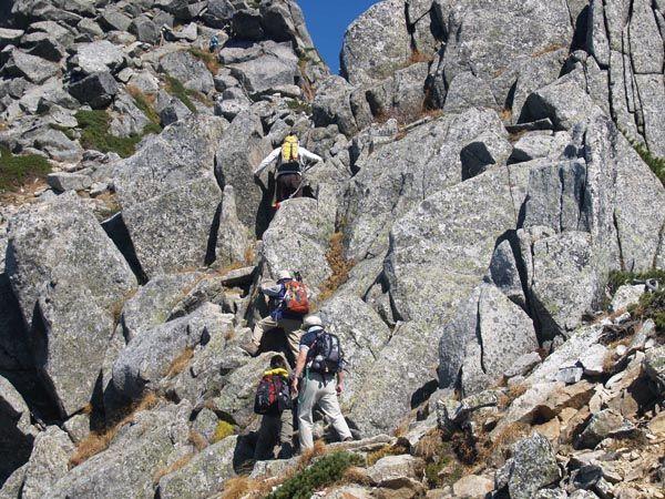 大きな岩が折り重なるようになった鎖場。宝剣岳|中央アルプス登山ルートガイド。Japan Alps mountain climbing route guide