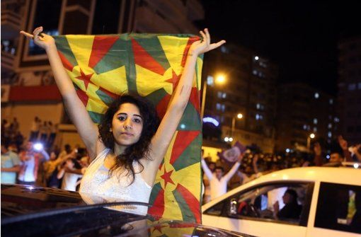 7.6.2015 Eine junge Frau feiert in Diyarbakir den Erfolg der HDP. Foto: AP - AKP verliert absolute Mehrheit – Erfolg für Kurden - Erstmals überspringt die pro-kurdische Partei HDP mit knapp 13% die Zehn-Prozent-Hürde bei der Parlamentswahl in der Türkei. In Stuttgart lebende Kurden feiern das Ergebnis mit einem Autokorso in der Innenstadt. http://www.stuttgarter-zeitung.de/inhalt.wahlen-in-der-tuerkei-akp-verliert-absolute-mehrheit-erfolg-fuer-kurden.1b20ec70-ab07-455a-be39-e485b2189c6f.html