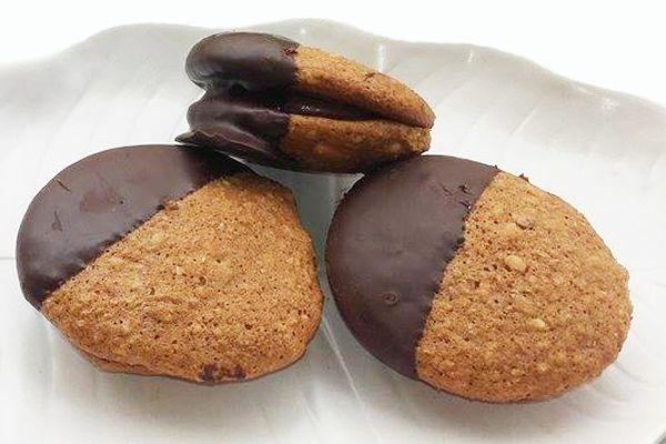 Μπισκότα καρυδιού γεμιστά με πραλίνα. Φανταστικά γεμιστά μπισκότα καρυδιού με επικάλυψη σοκολάτας!