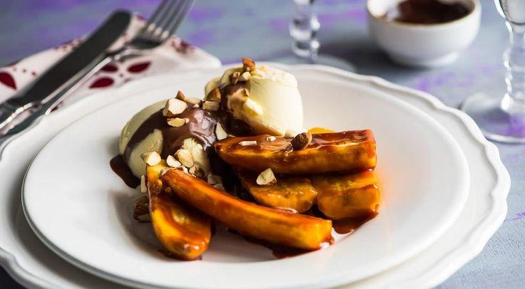 Карамелизованные бананы с мороженым, шоколадным соусом и фундуком