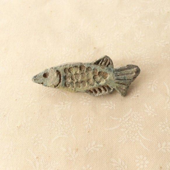 珍しい魚のブローチ。様々な色を重ねところどころがきらきらしていてとても綺麗な作品です。素材:陶 ブローチピン 接着剤(裏面を接着剤でピンをつけています。)サイ...|ハンドメイド、手作り、手仕事品の通販・販売・購入ならCreema。
