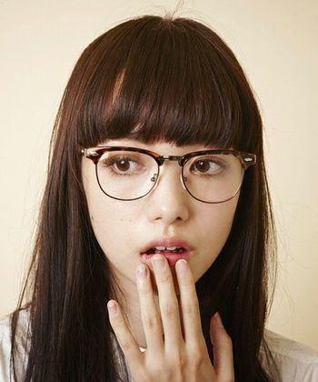 いまは細めで丸いフォルムのメガネが人気なのだそう。メガネを主役に髪型やメイクなどをコーディネートするのも上級者テクニックですね。